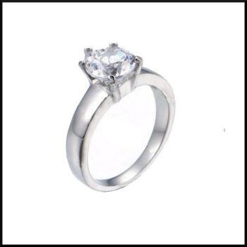 stål ring med hjärtformad sten