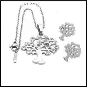 Set med halsband och örhängen med ett träd med små kristaller.