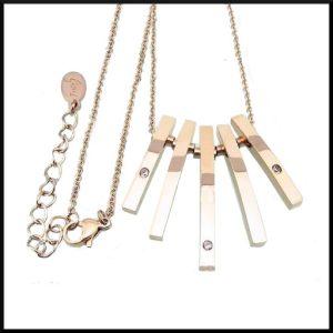 Halsband i roséfärgat stål.