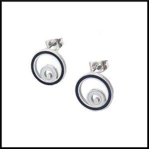 örhängen med cirklar i stål och svart.